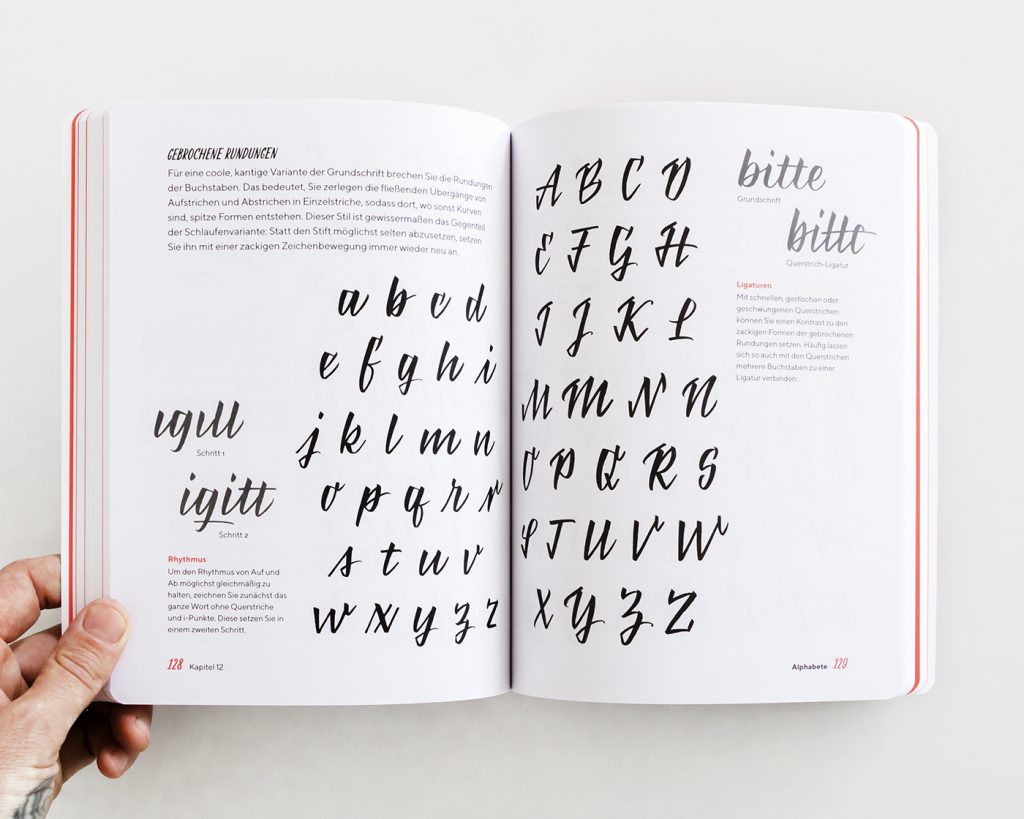 "Brush Lettering Alphabetvorlage aus dem Kapitel ""Alphabet"", ""Praxisbuch Brush Lettering"" von Chris Campe"